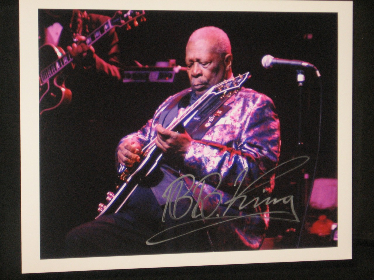 B-B-KING-HAND-SIGNED-10-X-13-COLOUR-TOUR-PHOTO-VERY-RARE