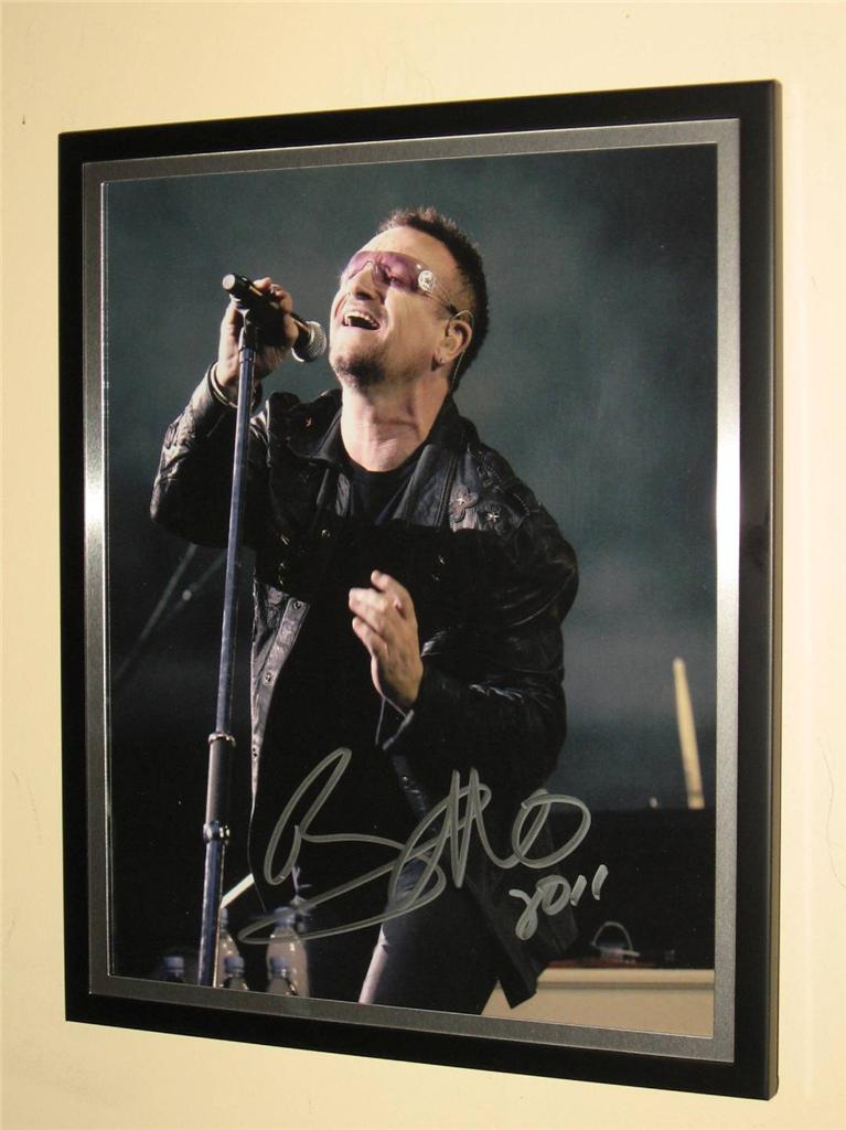 U2-BONO-SIGNED-AND-FRAMED-8-X-10-COLOUR-PHOTO-EXTREMELY-RARE