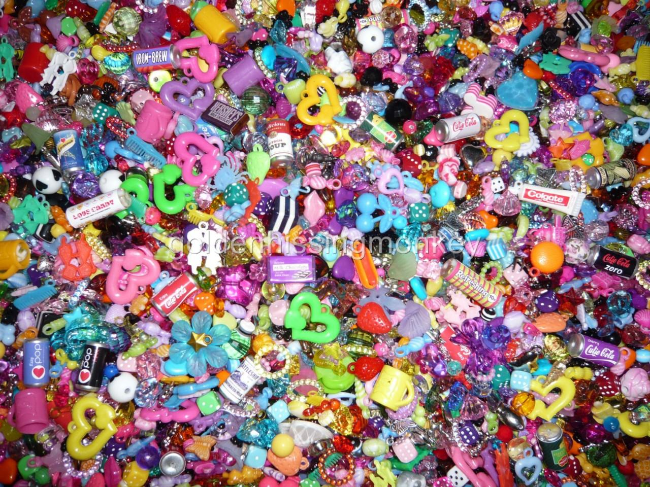 50g-Plastic-Charm-Bead-Mix-kitsch-gumball-retro-cute-choose-your-colour-freepost