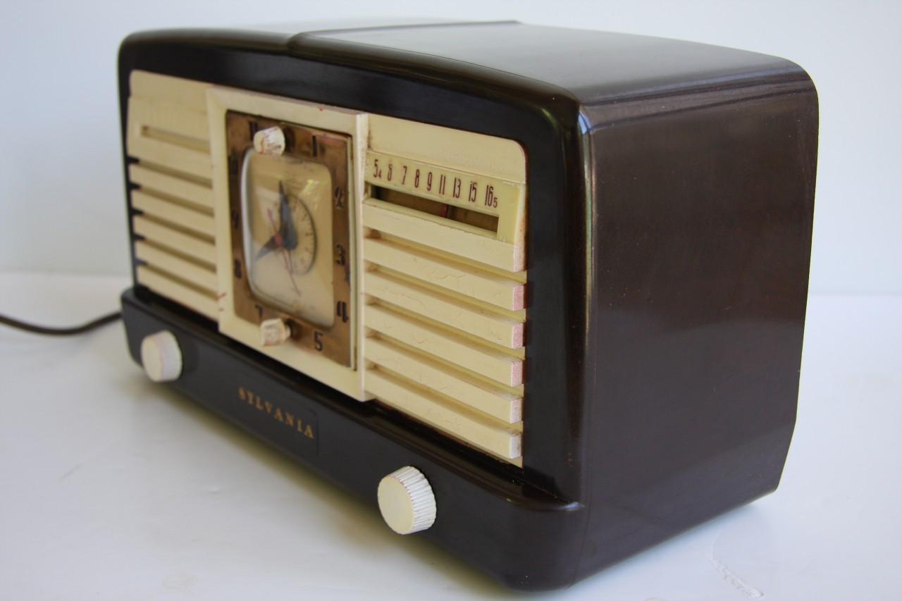 retro sylvania 540m bakelite table top tube alarm clock. Black Bedroom Furniture Sets. Home Design Ideas