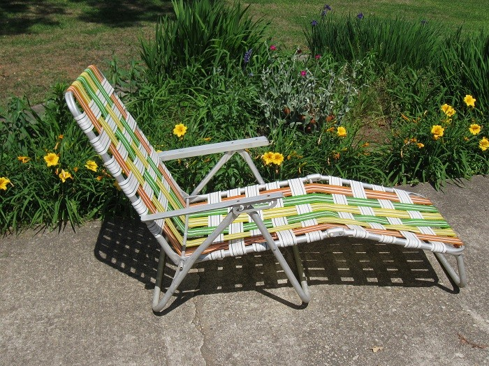 Vintage aluminum folding webbed chaise lounge lawn chair for Aluminum web chaise lounge