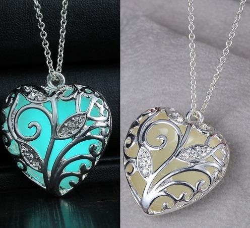 Collana con ciondolo cuore con brillantini si illumina al buio - Argento  eBay