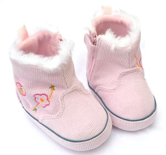 Toddler socks are for little ones about 1 to 4 years old who wear toddler shoe sizes 4 to 7. If the toddler you're shopping for is a fast grower, then go ahead and move into the kids' sizes 8 and up.