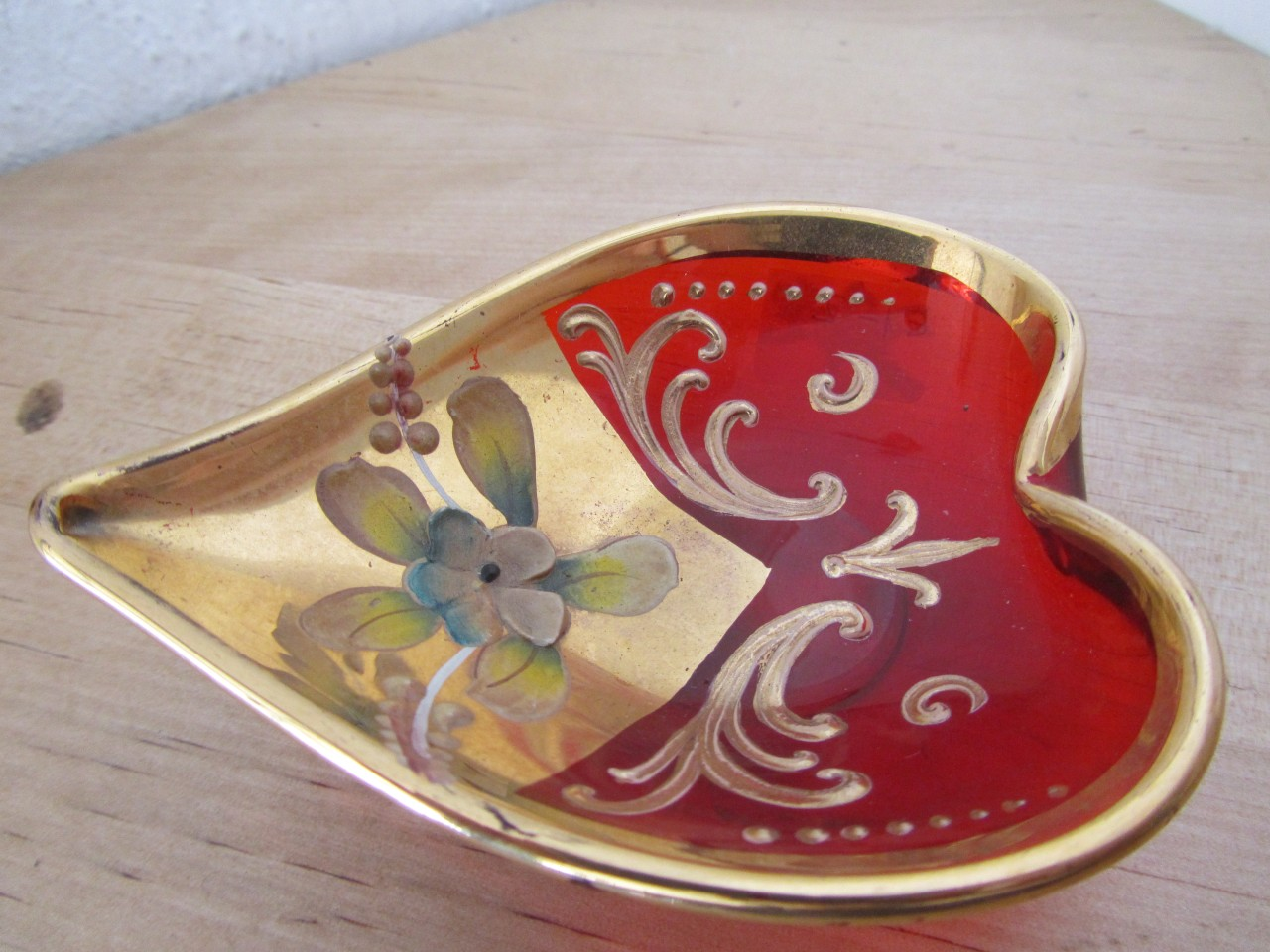 VINTAGE-RUBY-RED-BOHEMIAN-RING-TRAY-HAND-PAINTED-WITH-RAISED-FLOWERS-GOLD