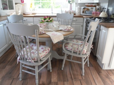 BEAUTIFUL SHABBY CHIC COTTAGE STYLE TABLE AND 4 CHAIRS WITH BRAND NEW SEAT PADS eBay