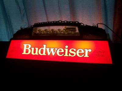 VINTAGE BUDWEISER POOL TABLE LIGHT WITH CLYDESDALES TEAM WAGON WORKS .
