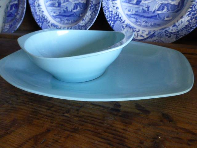 Retro-funky-1960s-1970s-Bessemer-melamine-blue-serving-plate-platter-and-bowl