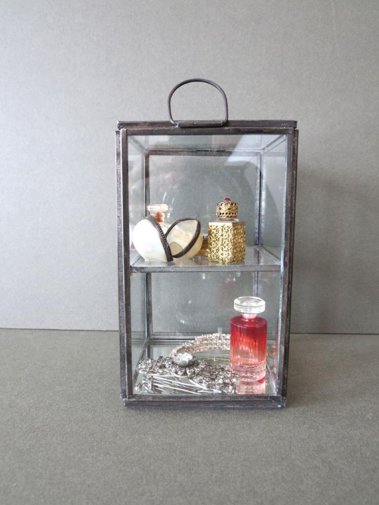 Tableau vitrine verre case bijoux breloque d coudre for Miroir 9 cases