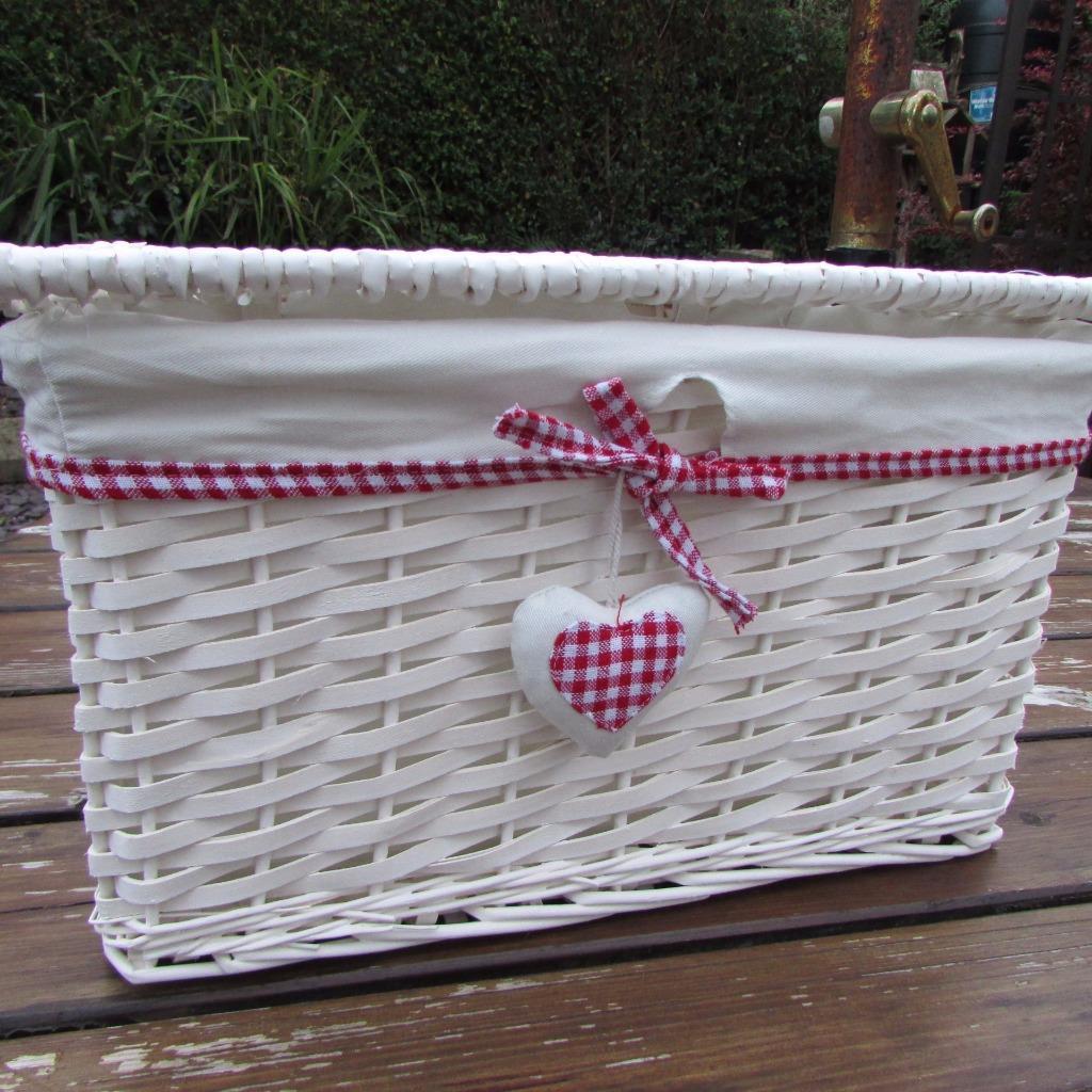 red gingham heart white wicker hamper basket with lid. Black Bedroom Furniture Sets. Home Design Ideas