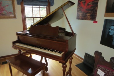P a starck piano co baby grand apartment size piano for Size of baby grand piano