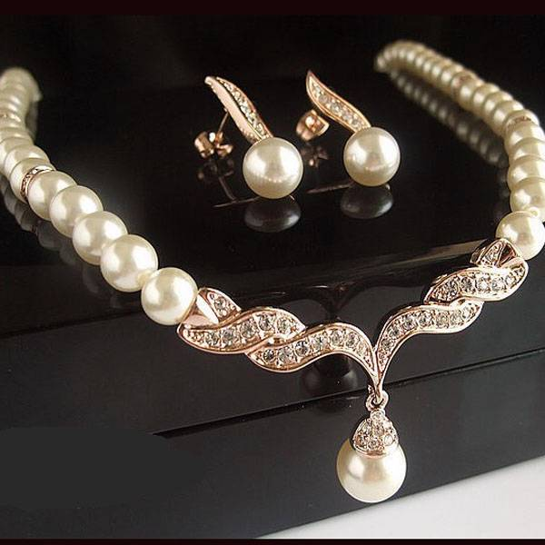 Double-Stranded Pearl Sets – among all pearl jewellery sets, this is the most refined and complex one. Usually, such set comes with a bracelet, necklace, and a pair of earrings – the necklace and the bracelet featuring a double strand of pearls.