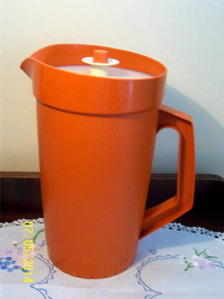 VINTAGE-LARGE-QUALITY-TUPPERWARE-BURNT-ORANGE-JUG-WITH-PRESS-AND-SEAL-LID