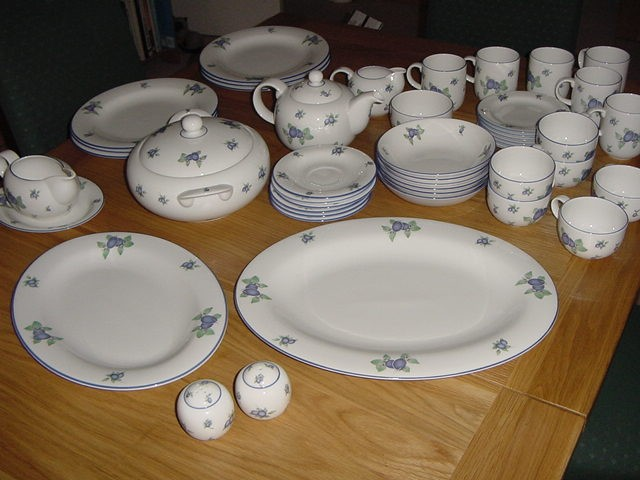 Afbeelding wordt geladen Royal-Doulton-EVERYDAY-039-Blueberry-039- DINNER-SERVICE- & Royal Doulton EVERYDAY u0027Blueberryu0027 DINNER SERVICE WARE Plates Bowls ...