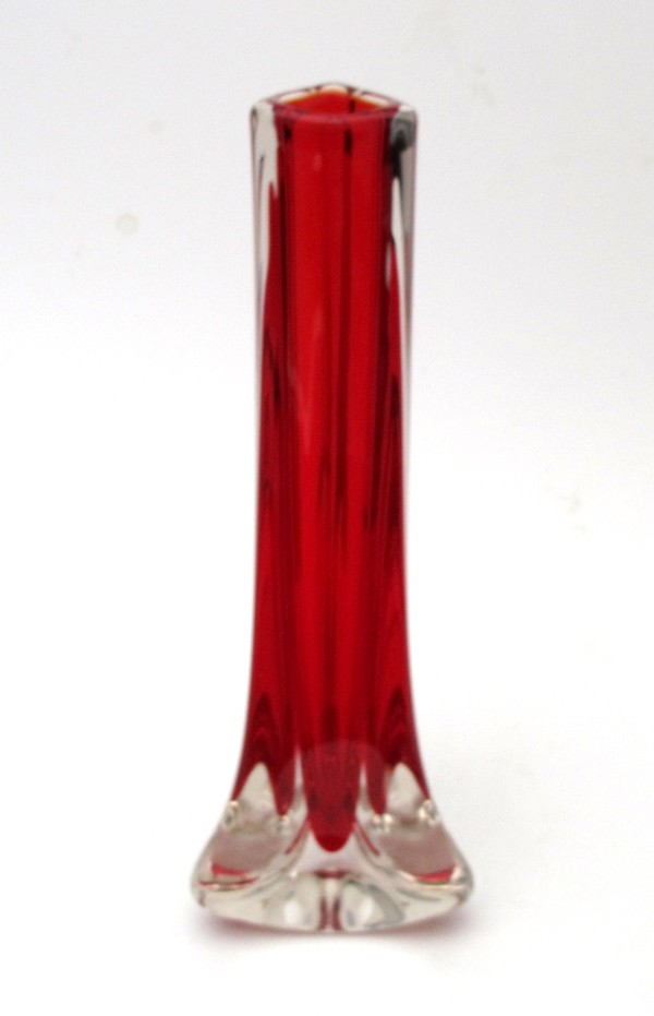 WHITEFRIARS-RUBY-RED-TRICORN-THREE-SIDED-GLASS-VASE-BAXTER-MID-CENTURY-9570