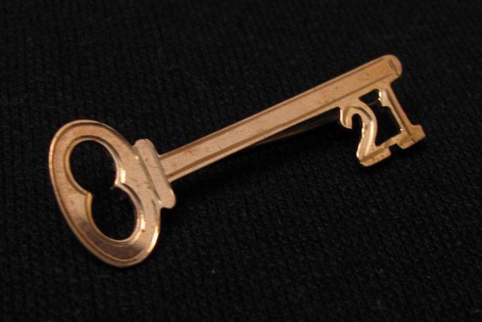 Vintage 9ct rose gold 21st birthday key to the door brooch for 18th key of the door