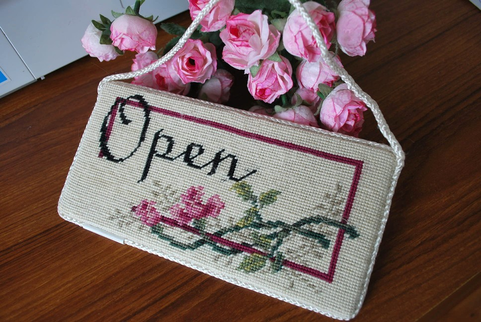 Handmade-Wool-Needlepoint-Tapestry-OPEN-CLOSED-Sign
