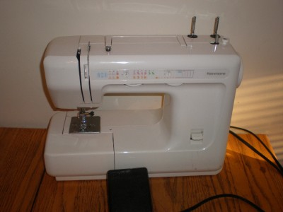 Kenmore sewing machine model 385 with foot pedal power for Machine a coudre kenmore modele 385
