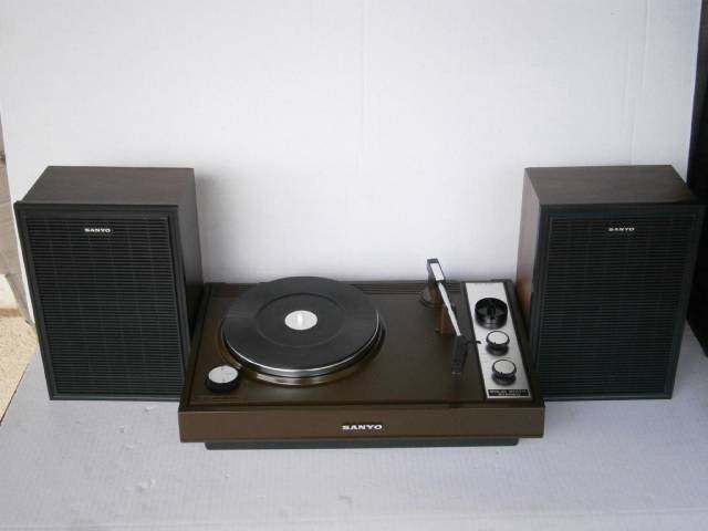 VINTAGE-RETRO-RARE-CHOCOLATE-WOODGRAIN-SANYO-STEREO-RECORD-PLAYER-TURNTABLE