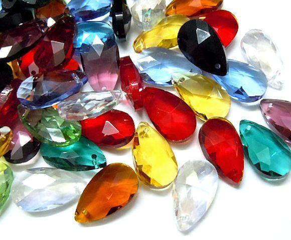 10 x  FACETED TEARDROP CRYSTAL GLASS PENDANTS 16mm x 9mm COLOUR CHOICE
