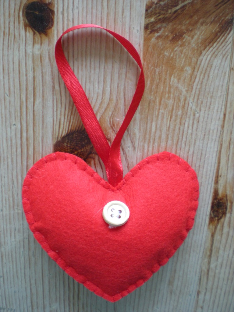 Set-of-4-RED-or-WHITE-HANGING-love-HEART-DECORATION-xmas-FELT-amp-BUTTON
