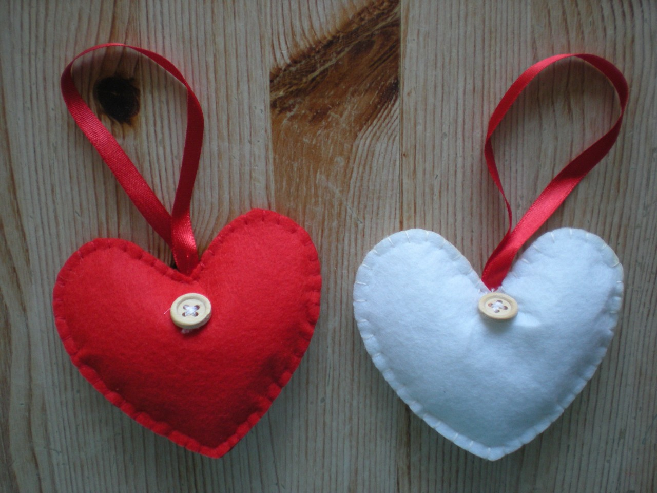 Set-of-4-RED-or-WHITE-HANGING-love-HEART-DECORATION-xmas-FELT-BUTTON