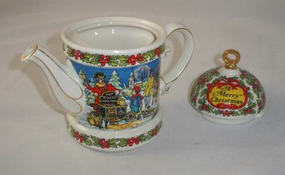 Sadler China Made in England http://www.ebay.com/itm/SADLER-MADE-IN-ENGLAND-VINTAGE-CHRISTMAS-HOLIDAY-TEAPOT-/130391848927
