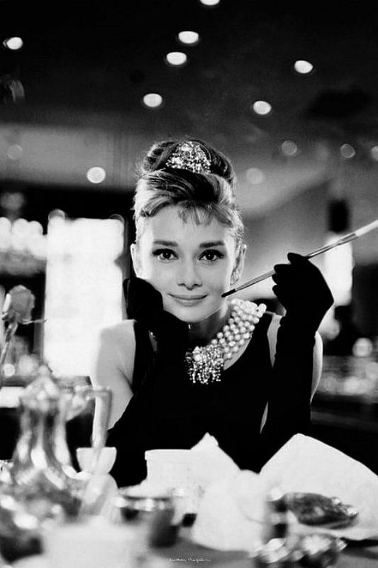 GIANT POSTER (100CM X 140CM) - AUDREY HEPBURN : BREAKFAST AT TIFFANY'S (B&W) - Poster / Display