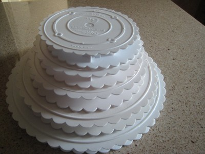 wedding cake separator plates and pillars wilton scalloped separator plates sizes 6 quot 7 quot 8 quot 10 24273