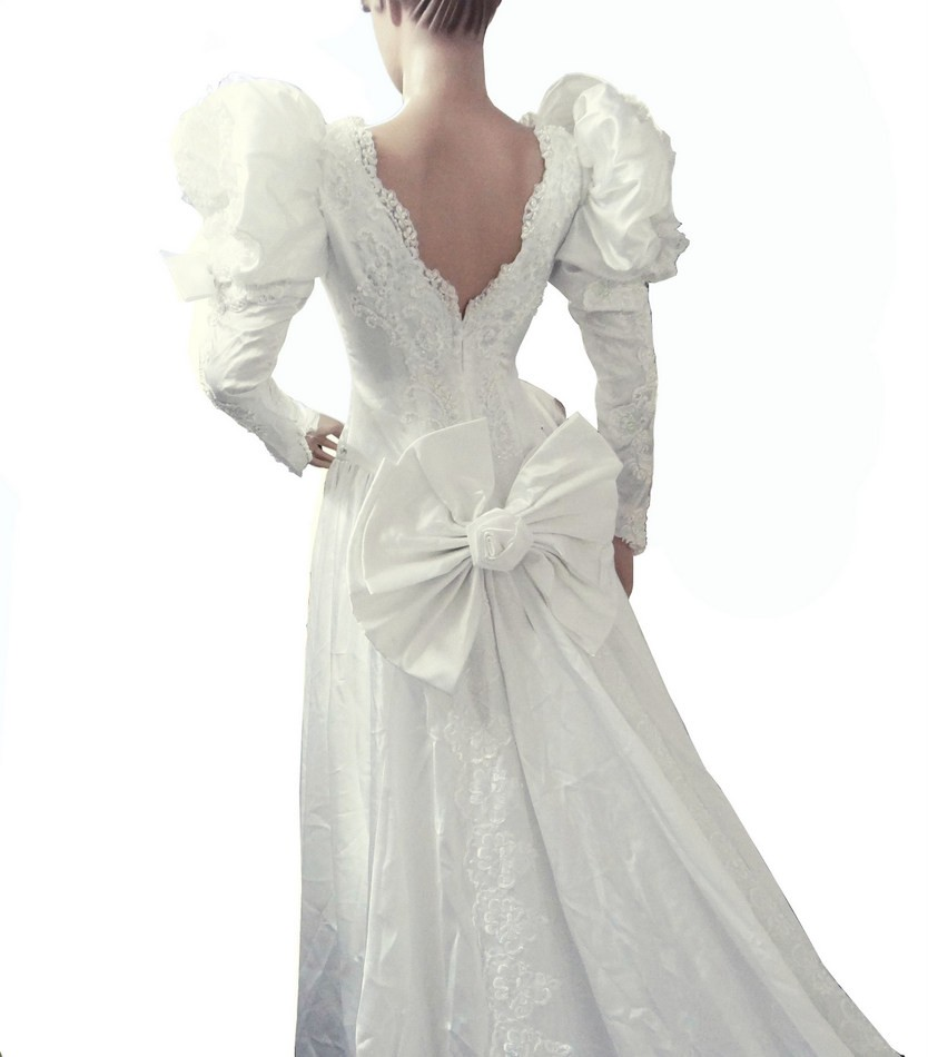 PUFFY SLEEVES WHITE VINTAGE WEDDING GOWN MUST SEE USED