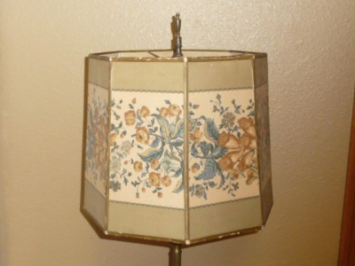 CIRCA EARLY 1900 VICTORIAN / ART DECO FLORAL PANEL LAMP SHADE