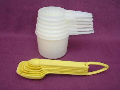 2 sets vintage tupperware measuring cup spoon yellow white complete holder old ebay. Black Bedroom Furniture Sets. Home Design Ideas