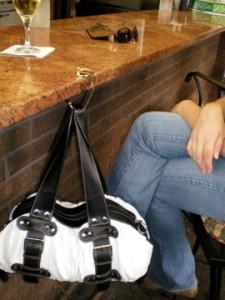 Красивые складные крючки для сумок.