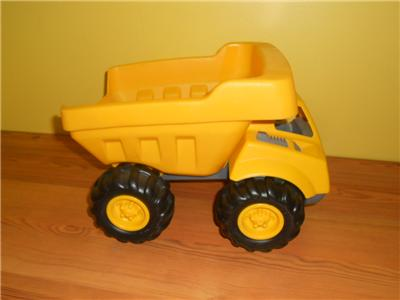 Dig in to the action and fun with this construction site sandbox by Little Tikes that features a working excavator to move sand then haul away in the dump truck. Watch the product video here. Gift Givers: This item ships in its original packaging. If intended as a gift, the packaging may reveal the contents. PRODUCT FEATURES.