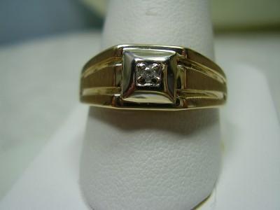 Beautiful 10K Yellow Gold Diamond Ring