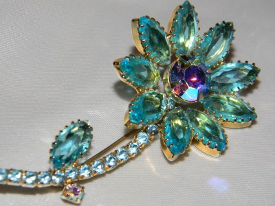VINTAGE D & E JULIANA AQUA BLUE AURORA BOREALIS RHINESTONE FLOWER