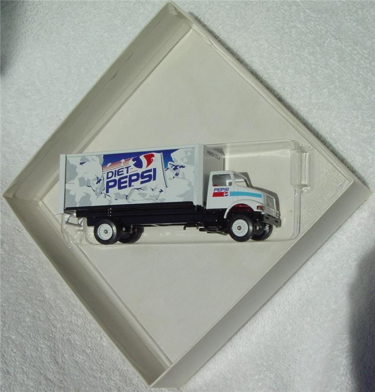 Winross - Intl 8100 Pepsi/Diet Pepsi Short Truck