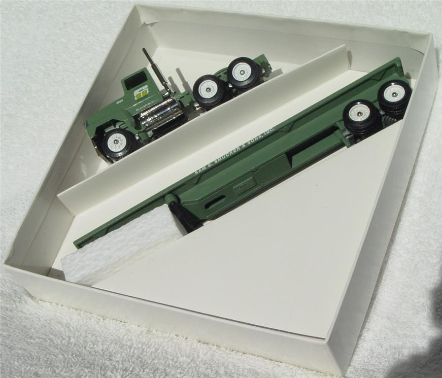 Winross - Ford CL9000 Smuckers light Green flatbed 1992