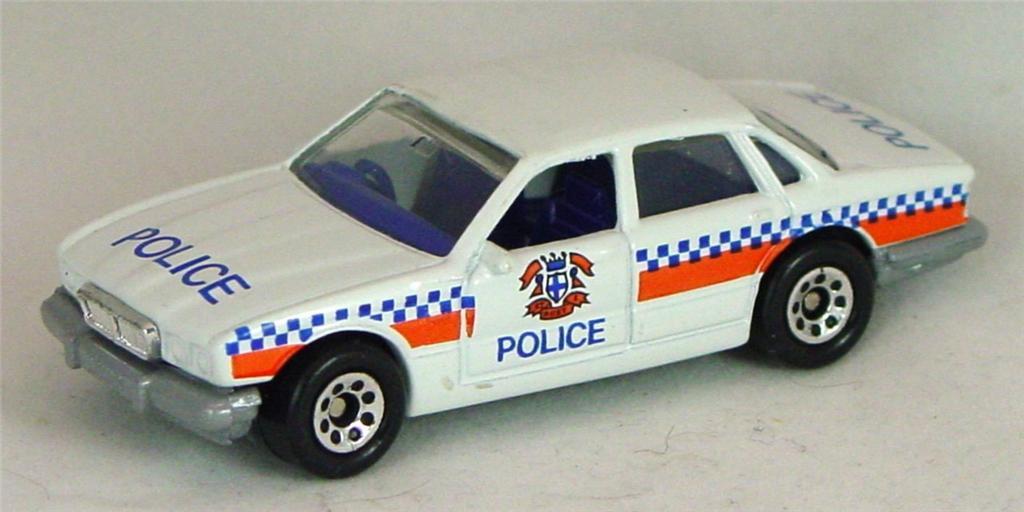 Pre-production 01 F - Jaguar XJ6 Police NO LTS met grey base rivet glue