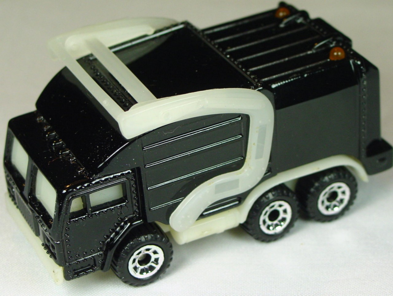 Pre-production 04 - Real Talkin Garbagetruck Black unp lift trans base made in China