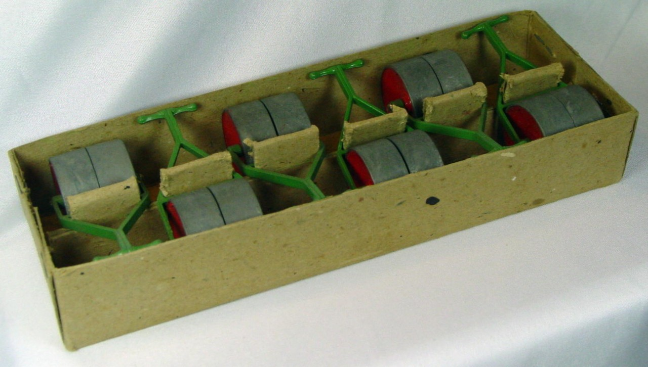Dinky 105 A - TRADE BOX with 6 Garden Rollers 3 torn corners