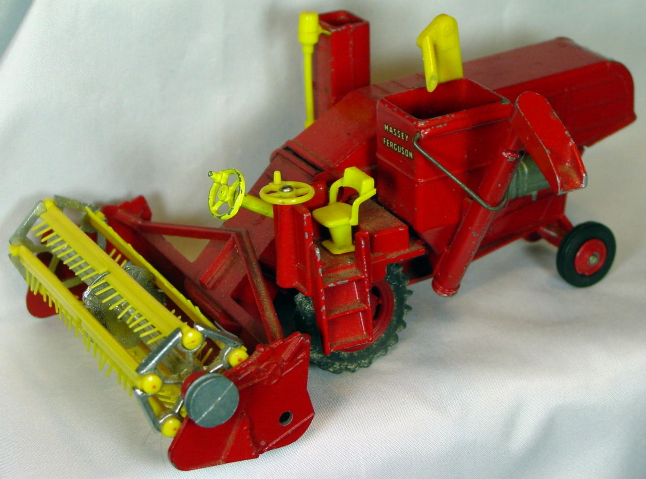 Corgi 1111 A - Massey 780 Combine red plastic wheels -1 tire -disc