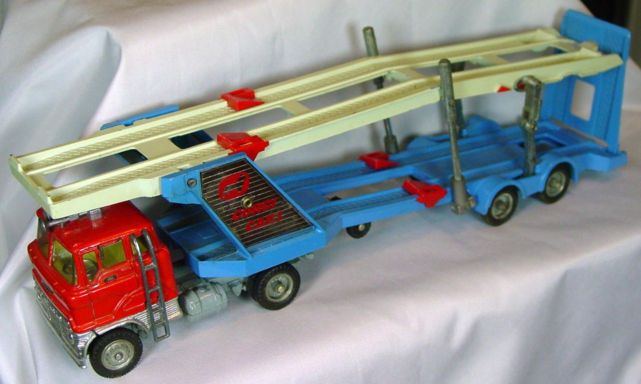 Corgi 1138 A - Ford Carrimore MKIV Red and Blue and Cream -mirror
